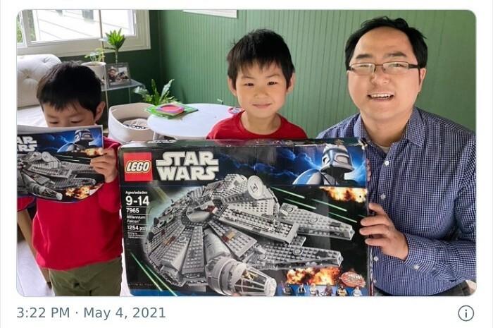 """10. Мужчина попросил подарить ему на свадьбу набор Lego, жена была не в восторге. Тогда он пообещал, что соберет его только с будущими детьми. """"Сегодня, 10 лет спустя, приключение начинается""""."""