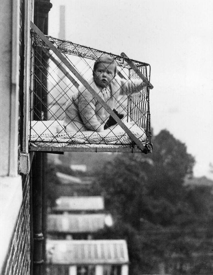 18. Чудесная клетка для выгуливания своего чада на свежем воздухе. 1930 год