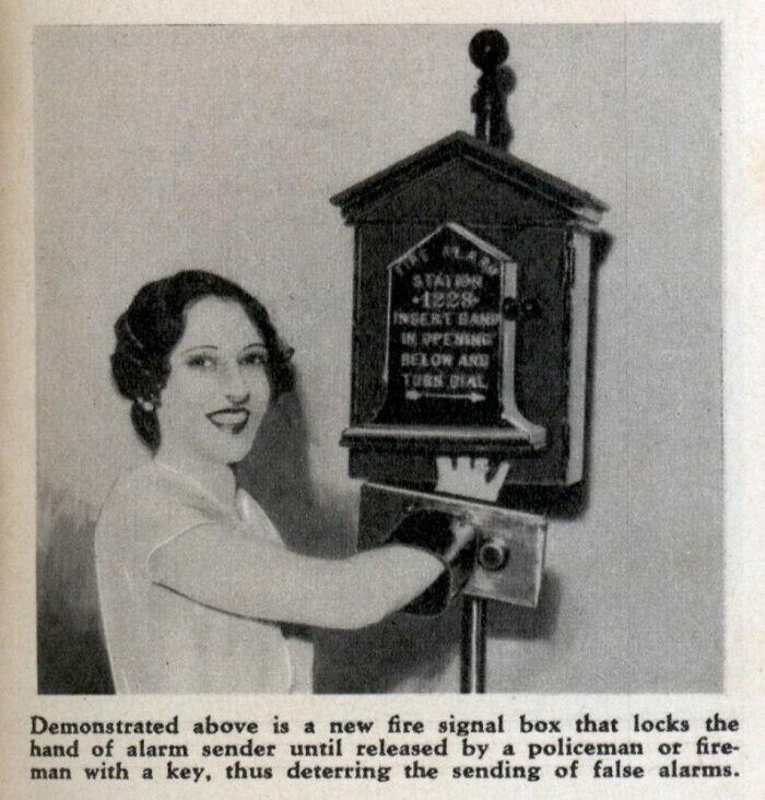 3. Пожарная сигнализация с защитой от ложной тревоги. Если нажать тревожную кнопку, руку не получится вытащить, пока не приедет пожарный или полицейский с ключом. Хм, что же может пойти не так...