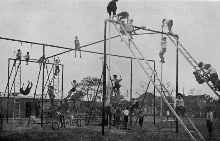 1. Детская игровая площадка в 1912 году