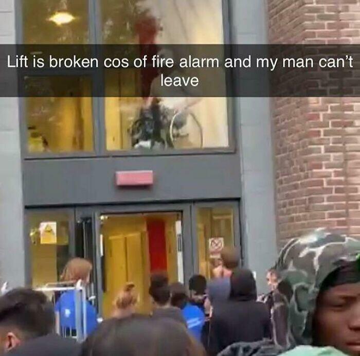"""32. """"Лифт не работает из-за пожарной тревоги, и мой парень не может выйти"""""""