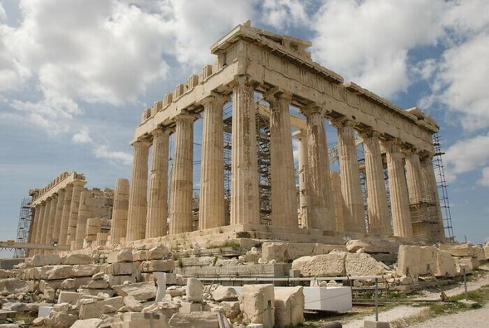 2. В некоторых исторических местах Греции запрещено носить туфли на шпильках