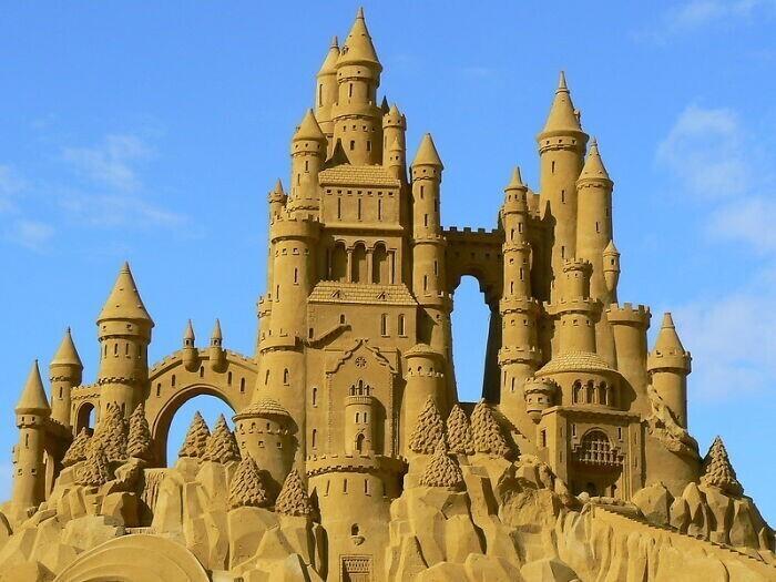 13. На некоторых пляжах в Испании запрещено строить большие замки и статуи из песка