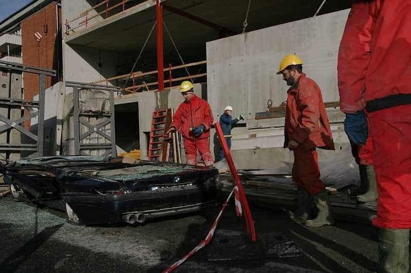 На машину упала бетонная конструкция