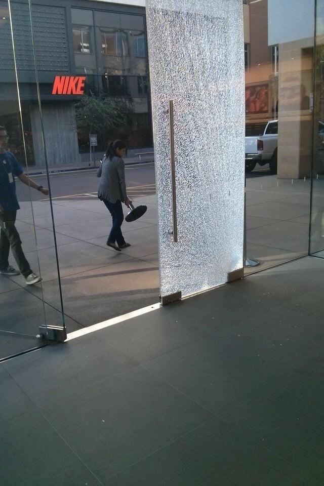 Покупатель слишком сильно хлопнул дверью