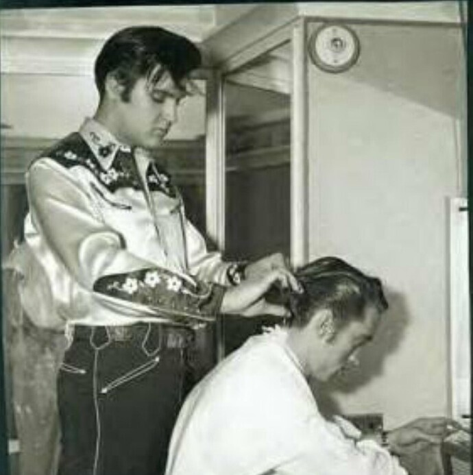 Элвис укладывает волосы Джонни Кэшу