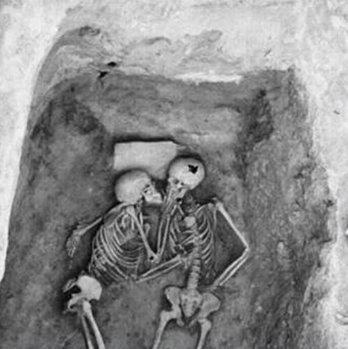 6000-летняя целующаяся пара, которую раскопали в Иране в 1972 году