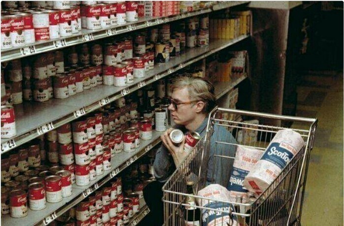 """Художник Энди Уорхол покупает банки с супом Campbell Soup, по которым потом создаст свое легендарное произведение """"Тридцать две банки супа Кэмпбелл"""""""