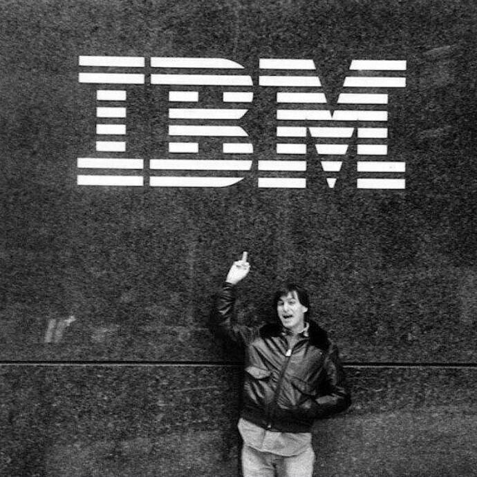 1983, Стив Джобс показывает средний палец логотипу IBM (один из крупнейших в мире производителей аппаратного, программного обеспечения и IТ-сервисов)