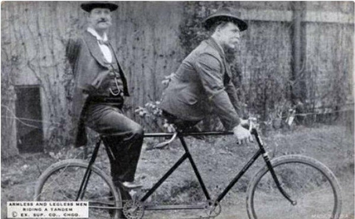 Безрукий Чарльз Б. Трипп и безногий Эли Боуэн на велосипеде-тандеме, 1890-е