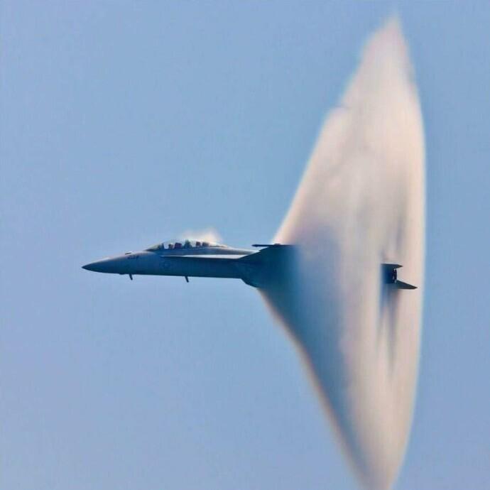 Истребитель F/A-18 Hornet преодолевает звуковой барьер