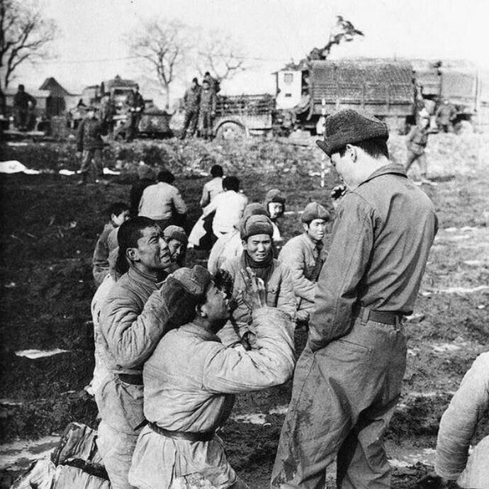Китайские солдаты просят пощады у южнокорейского солдата, думая, что их казнят, 1951