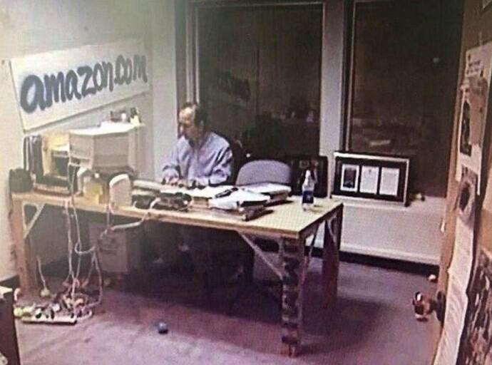 Джефф Безос, ныне самый богатый человек мира, в своем офисе в 1999 году