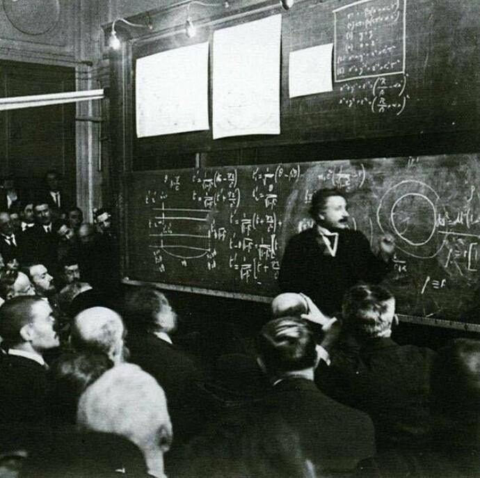 Альберт Эйнштейн объясняет теорию относительности