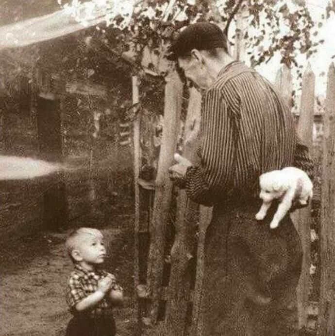 Мальчик ждет, пока отец подарит ему долгожданный подарок, 1929