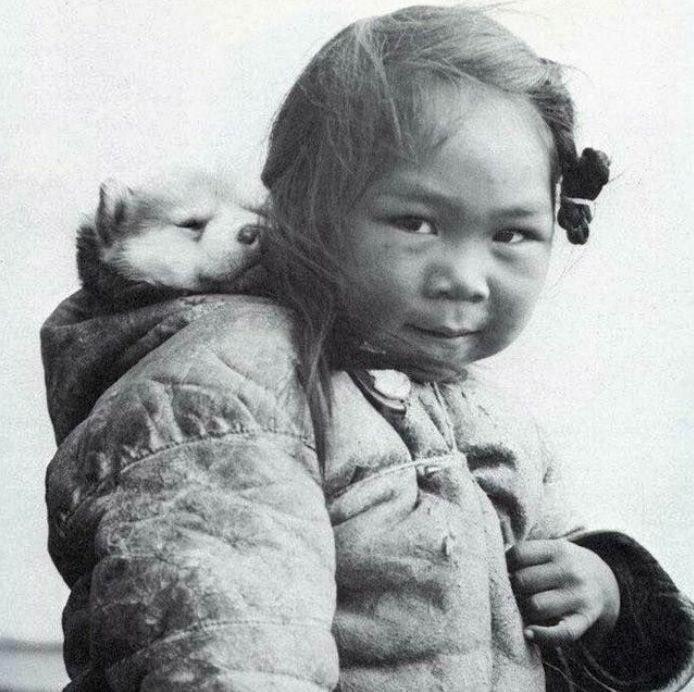 Девочка-инуитка с щенком хаски, 1920-е