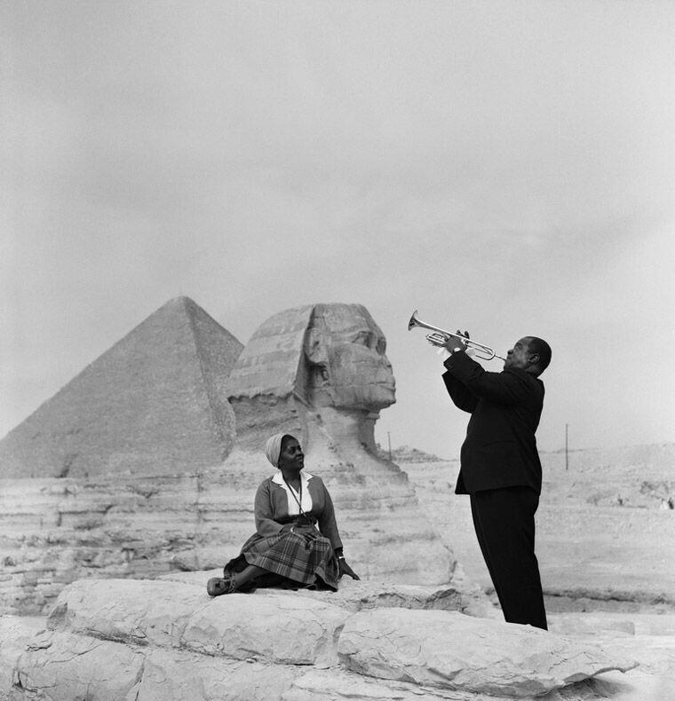 Луи Армстронг играет для своей жены в Гизе, 1961