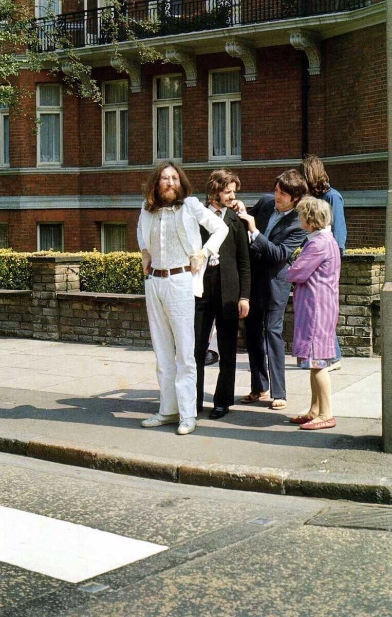 Группа The Beatles готовится переходить Эбби-Роуд для легендарной обложки альбома Abbey Road, 1969