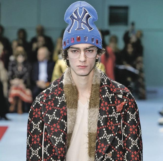 Versace и шапка петушок