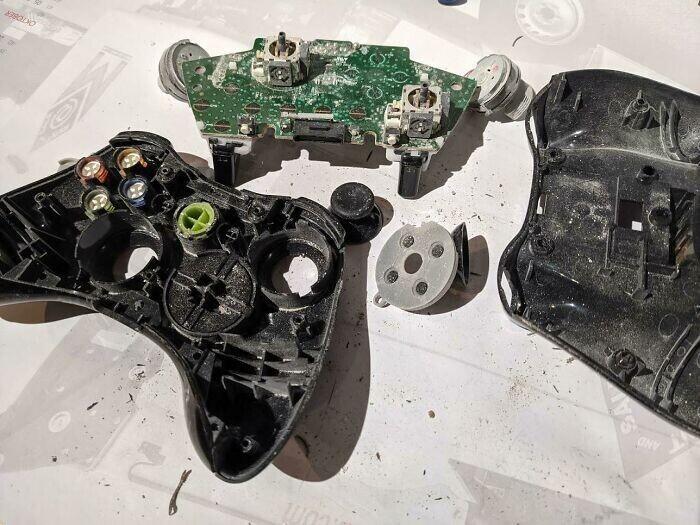 """24. """"Получил контроллер Xbox 360 для ремонта. Внутри я обнаружил несколько мертвых насекомых, и все было покрыто тонкой белой порошкообразной пылью"""""""