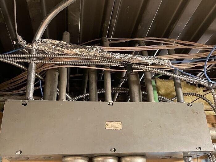 25. Установщик провел Cat5 над главной распределительной коробкой, решив экранировать кабель алюминиевой фольгой
