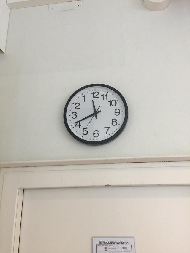У нас на работе неправильные часы