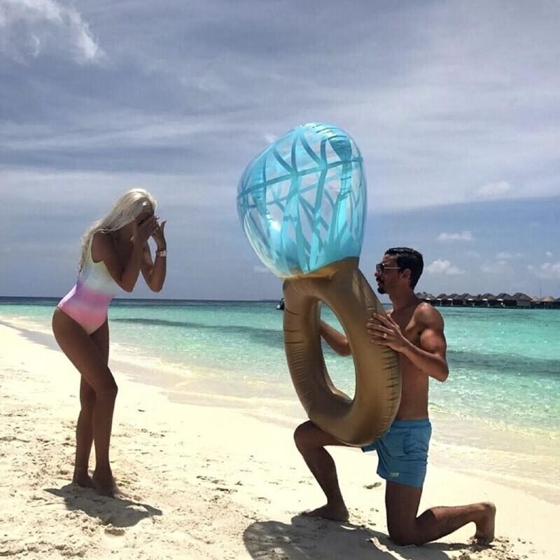 Предложение на пляже с надувным кольцом