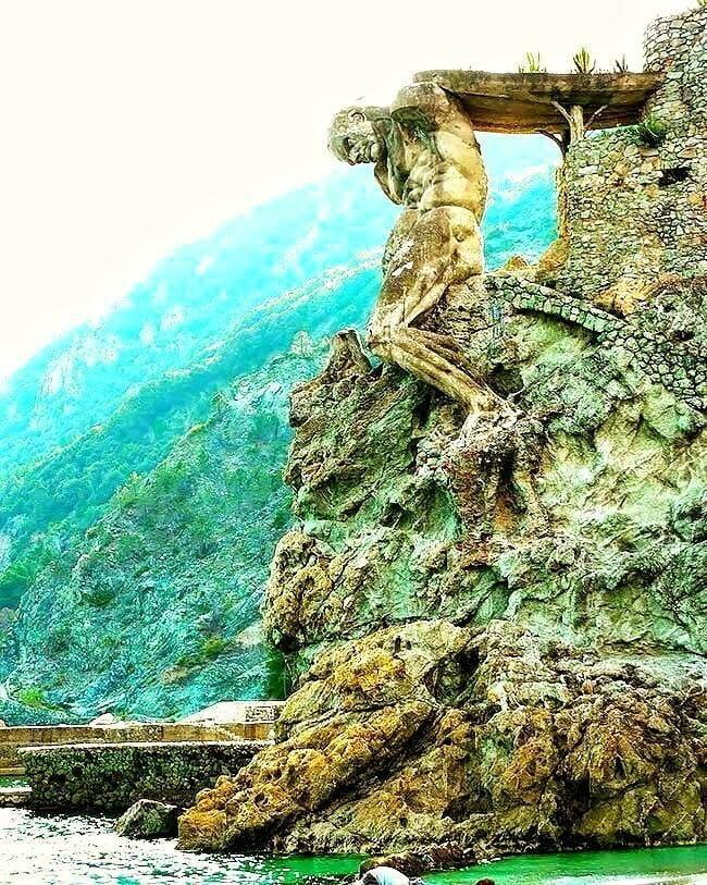 Гигантская статуя в итальянской деревне Монтероссо-аль-Маре.