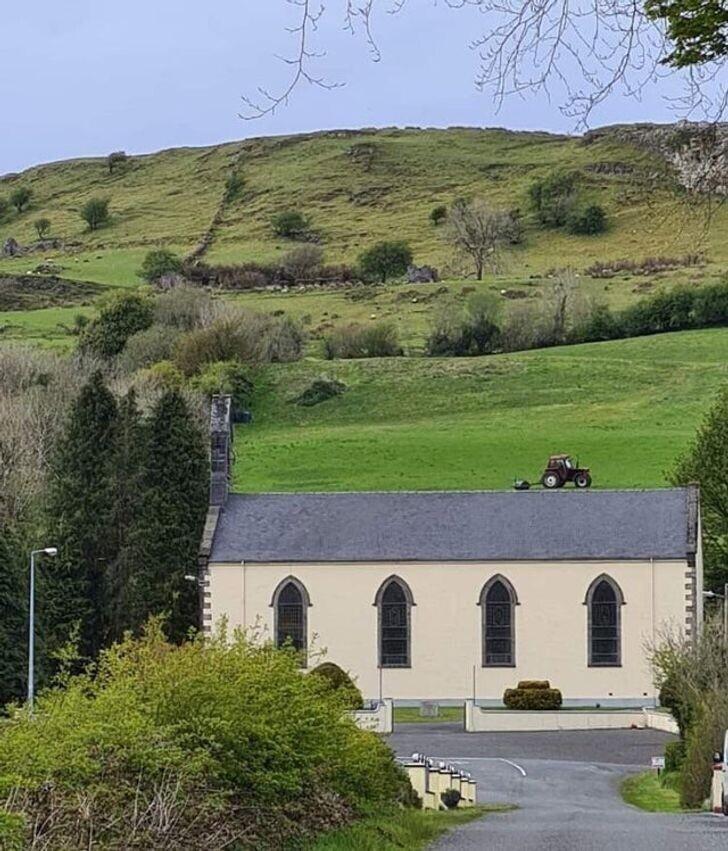 20. Ничего особенного: просто трактор на крыше церкви в Ирландии