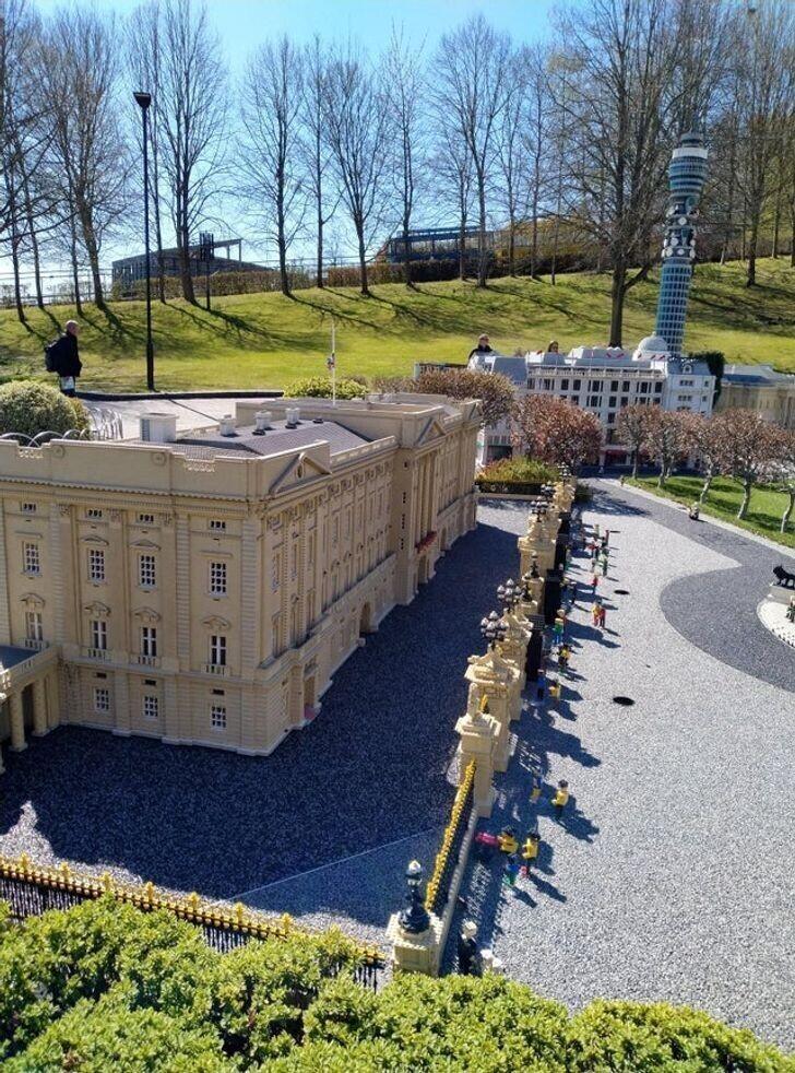 5. Букингемский дворец из конструктора LEGO