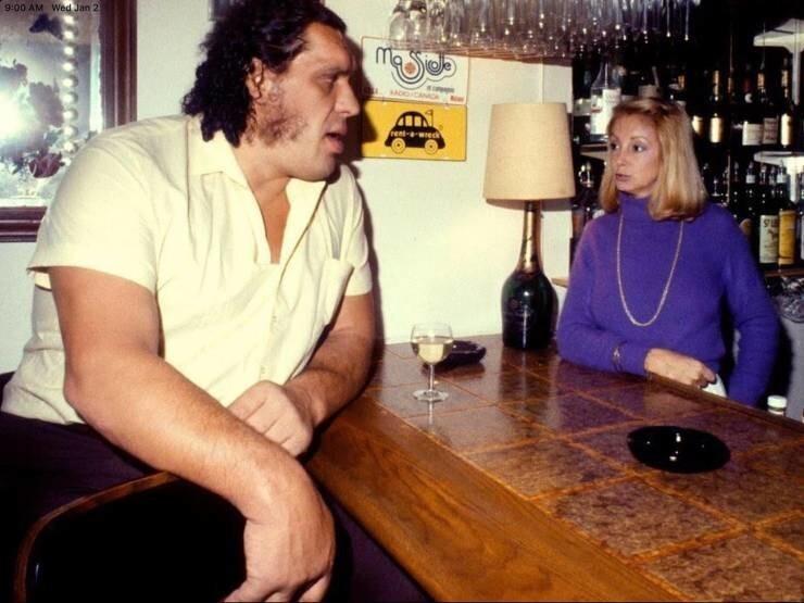 26. Рестлер Андре Гигант в баре в 1976 году