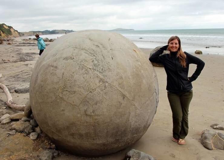 28. Эти сферические валуны Моераки можно найти в Новой Зеландии. Они сформировались более 56 миллионов лет назад в эпоху палеоцена