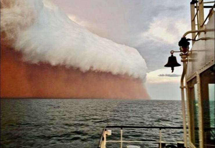 16. Пыльная буря в Австралии, похожая на кружку пива
