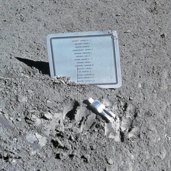 18. На Луне есть крохотный памятник «Павший астронавт», а также мемориальная доска с именами восьми американских астронавтов и шести советских космонавтов, погибших на службе