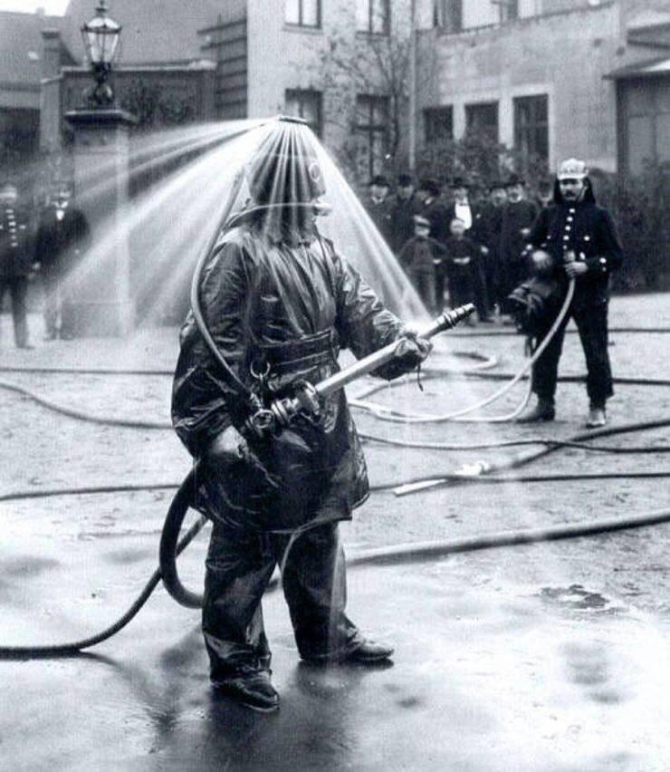 42. Демонстрация пожарного шлема, Германия, 1900 год