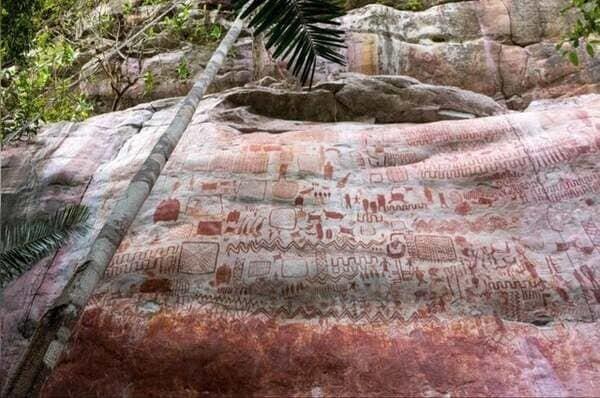 1. В дождевых лесах Амазонии обнаружили 13-километровое «полотно», полное рисунков ледникового периода, которые изображают давно вымерших существ