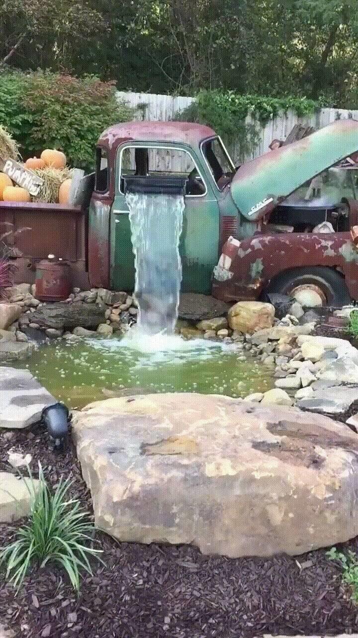 31. Старая машина, которую переделали в садовый фонтан