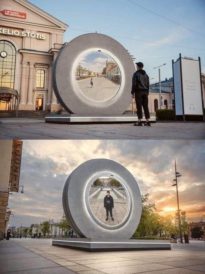 40. В Вильнюсе установили «портал» в польский город Люблин, который позволяет людям видеть друг друга в режиме реального времени