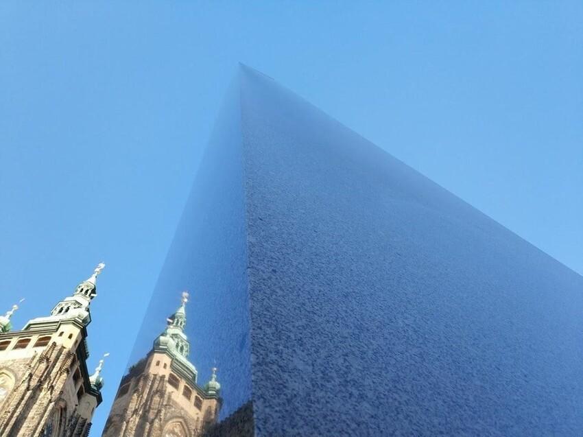 Гранитный обелиск сливается с небом