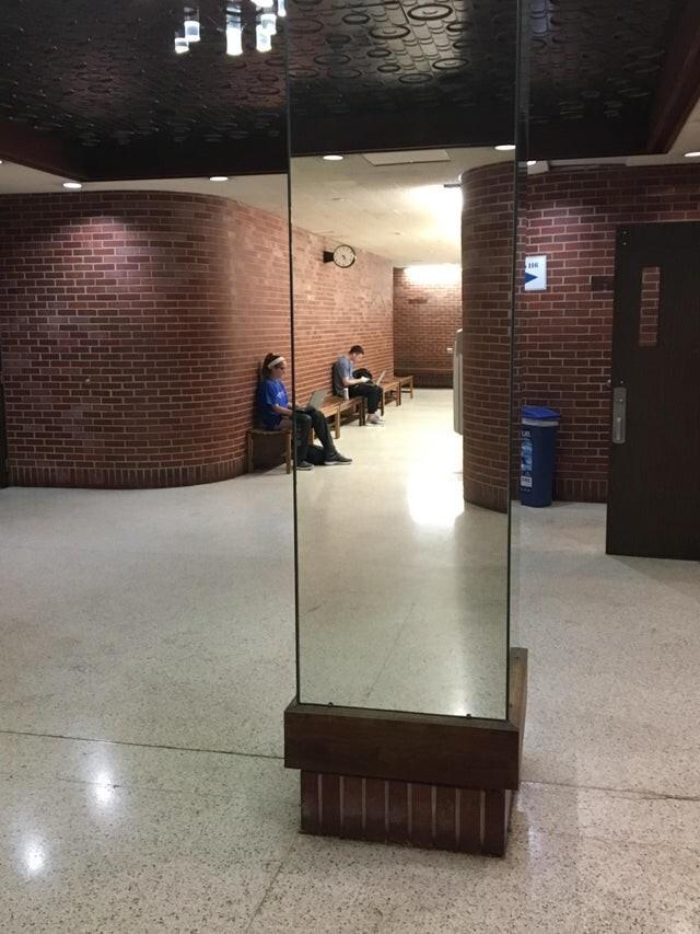 Зеркальная колонна, которая кажется прозрачной
