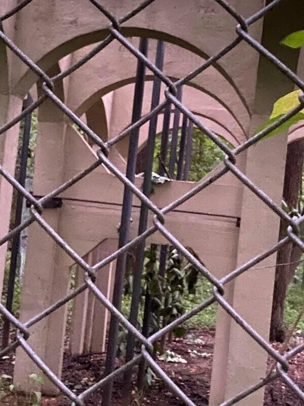 """""""Бетонная конструкция, окружена металлическим забором и колючей проволокой"""""""