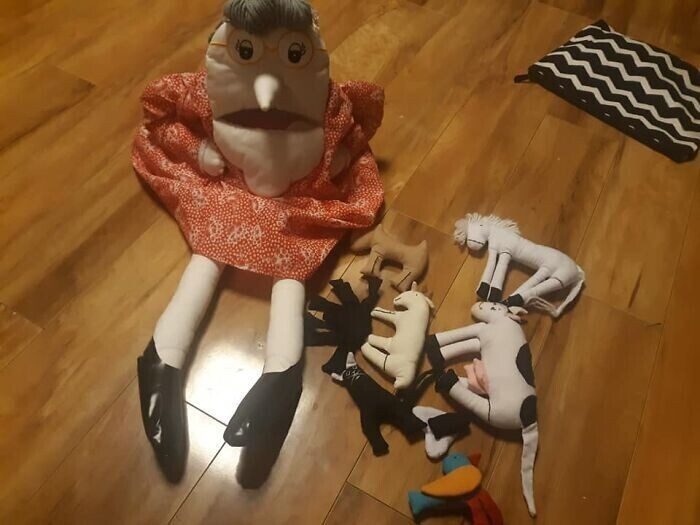 """29. """"Забавная игрушка """"Старая леди"""" - у нее во рту большой карман и в него помещаются остальные игрушки"""""""