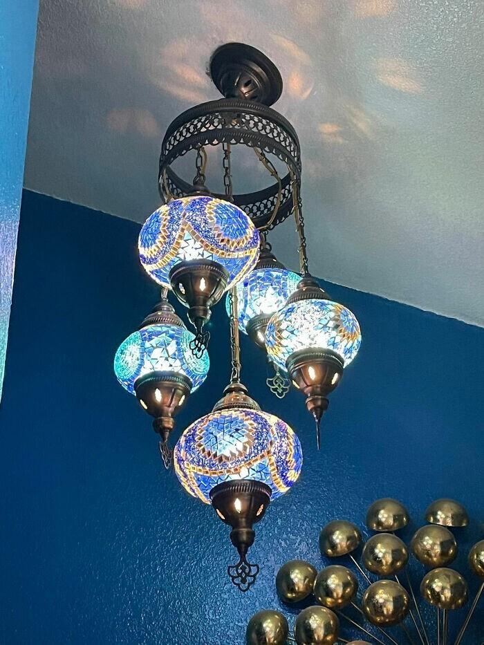 """7. """"Лампа из антикварного магазинчика за 120 долларов, теперь висит в моей ванной комнате"""""""
