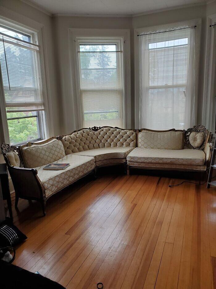 """30. """"Мой прекрасный угловой диван. Куплен за 60 баксов на распродаже Армии спасения"""""""