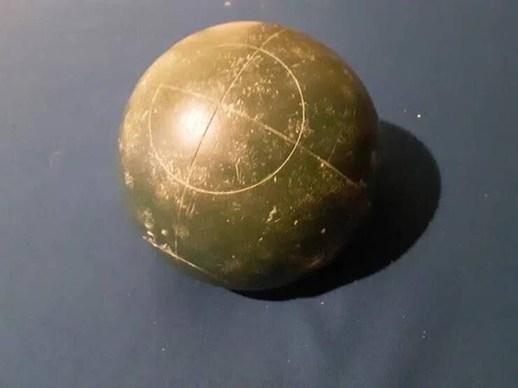 """""""Нашел этот странный шар в походе. Он весит пару кг, и как будто сделан из бетона. Я попытался разбить его, но он только разбил асфальт, а сам не пострадал"""""""