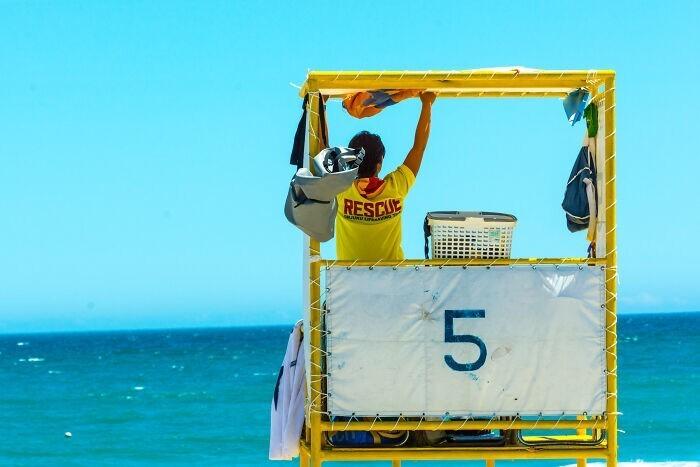 16. Спасатель на пляже