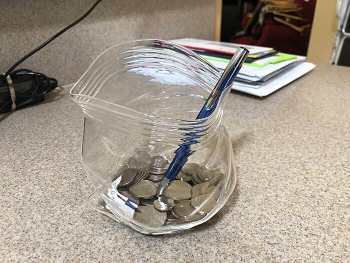 Банка идеально имитирует пластиковый пакет с застежкой
