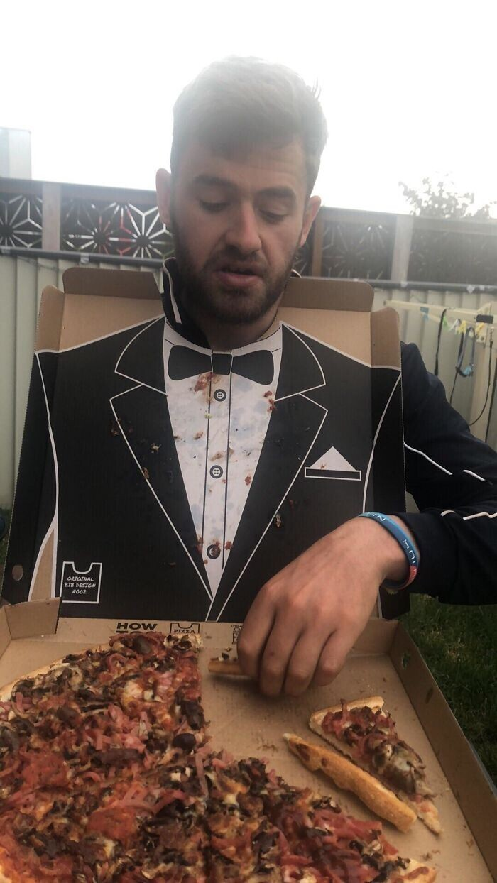Для светского ужина: изображение смокинга на внутренней стороне крышки в коробке с пиццей