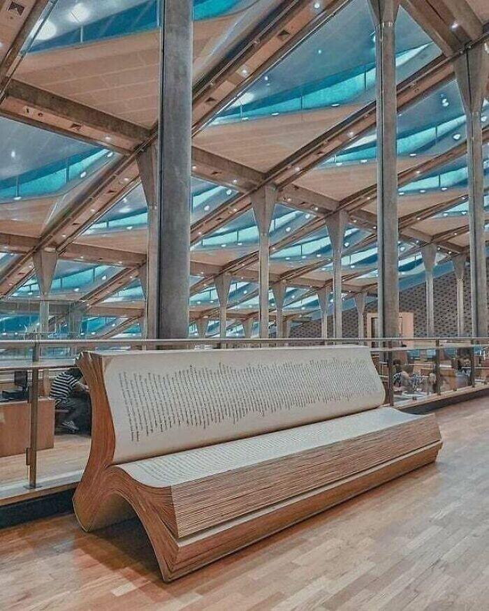 Еще одна скамья-книга - на этот раз в библиотеке Александрии