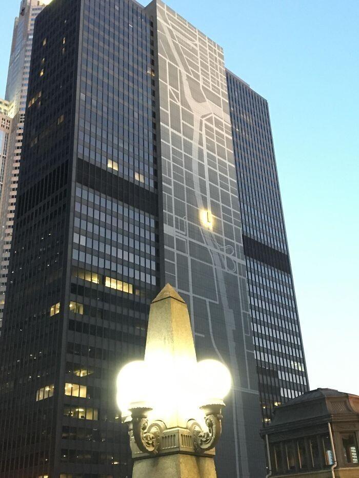 На фасаде здания в Чикаго нарисована карта района, на которой отмечено само здание